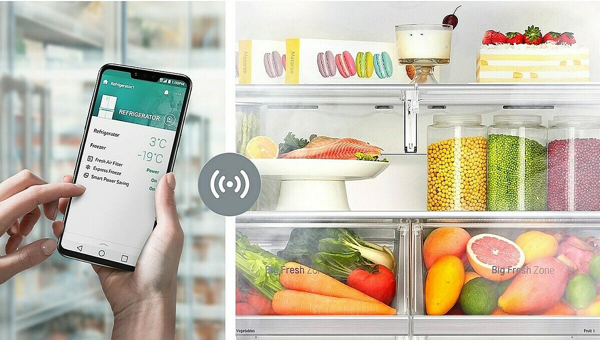 Người dùng điều khiển tủ lạnh bằng điện thoại di động thông qua ứng dụng SmartThinQ. Ảnh: LG.