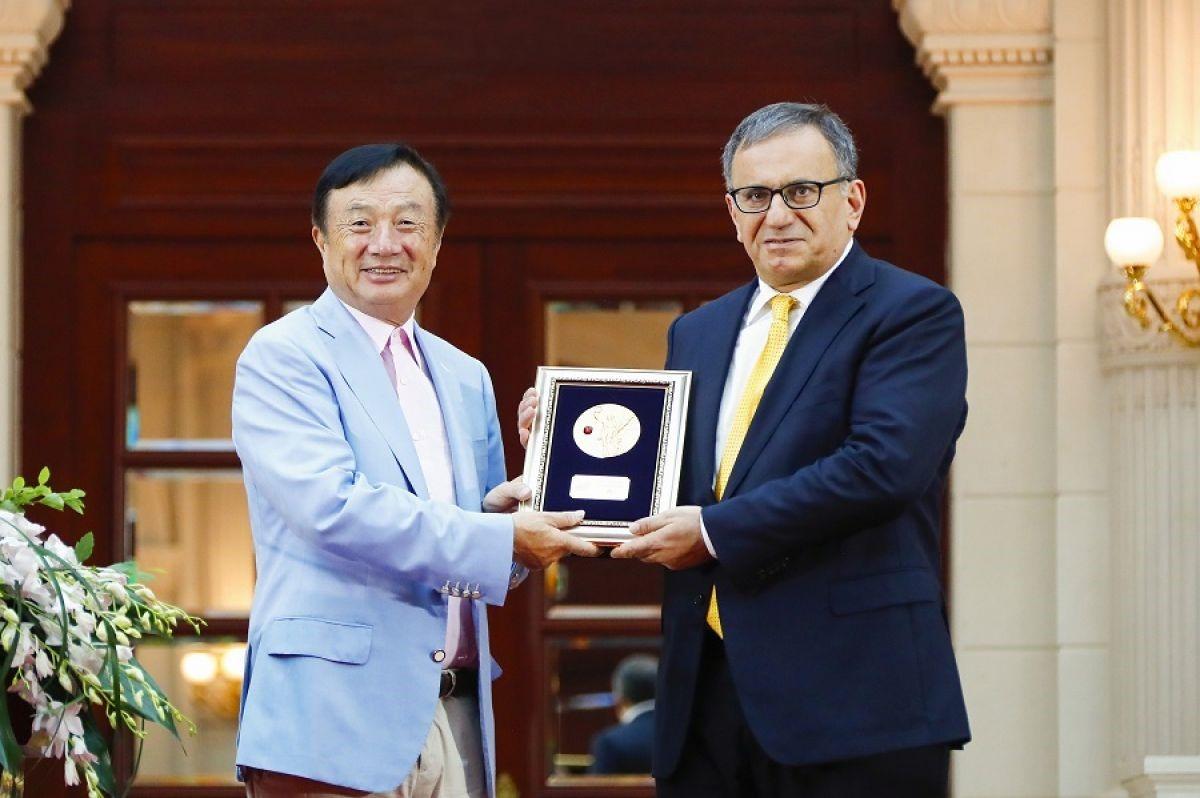 Ông Nhậm Chính Phi (trái), vinh danh Giáo sư Erdal Arikan vì những cống hiến của ông cho khám phá mã cực. Ảnh: Huawei.