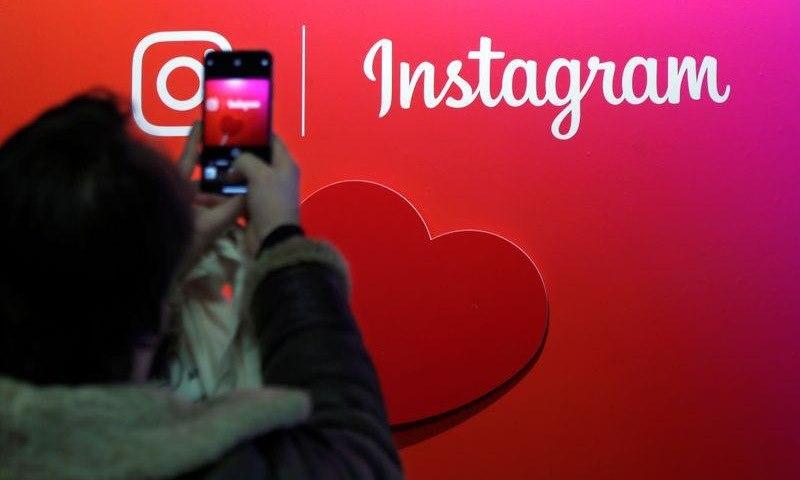 Khách tham quan chụp logo Instagram tại một hội chợ ở Paris, Pháp, năm 2018. Ảnh: Reuters.
