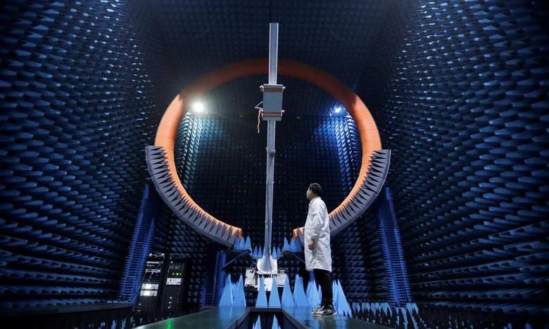 Kỹ sư Huawei trong phòng thử nghiệm trạm 5G tại Quảng Đông năm 2019. Ảnh: Reuters.