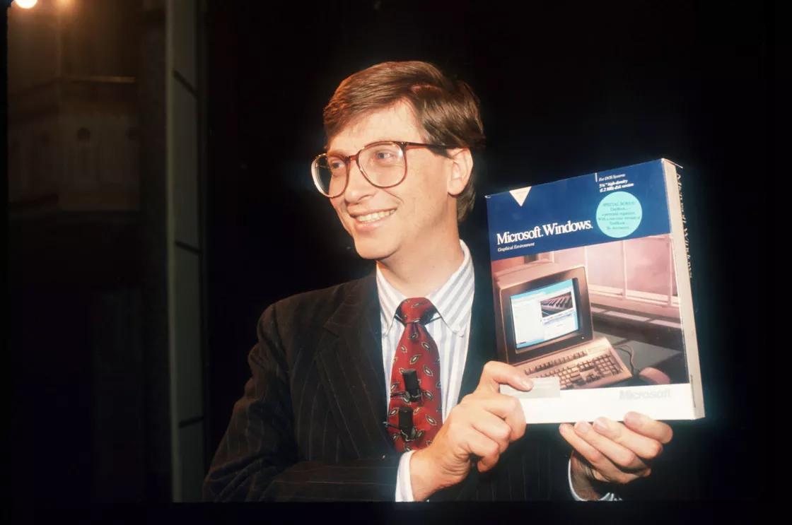 Nhà đồng sáng lập Microsoft Bill Gates với một phiên bản Windows. Ảnh: Carol Halebia/The Verge.