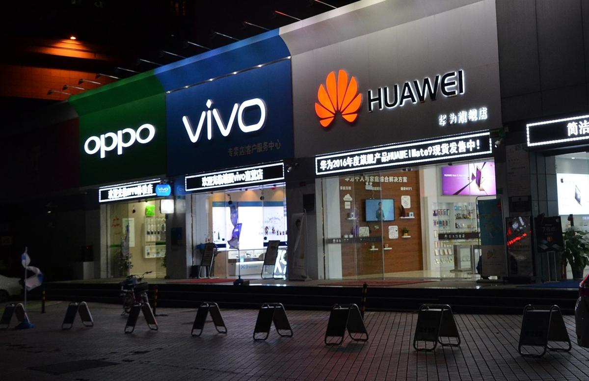 Oppo, Vivo cùng Xiaomi được cho là đang tận dụng cú sảy chân của Huawei để vươn lên trên thị trường di động. Ảnh: Sohu.