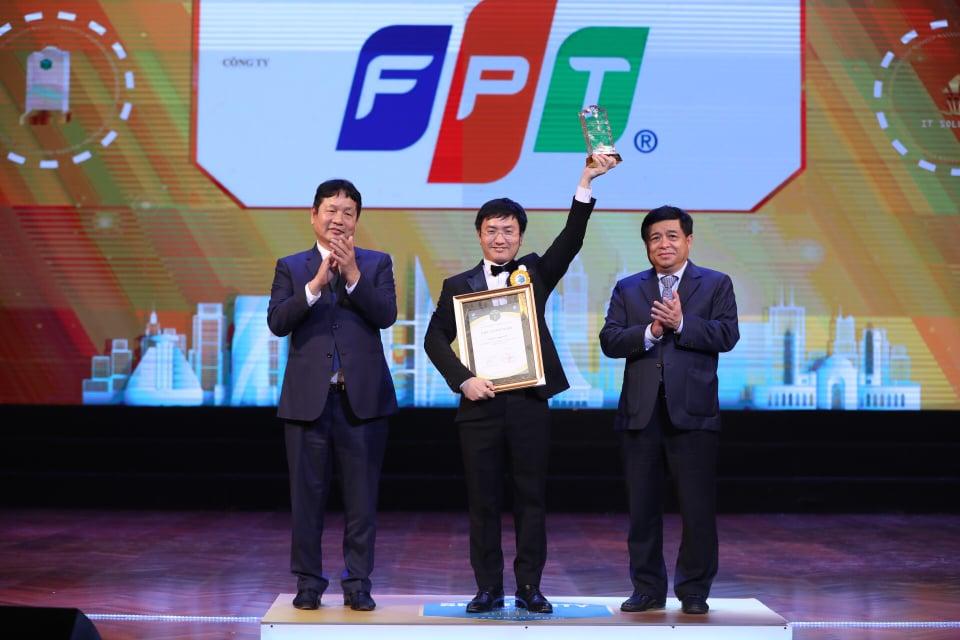 Đại diện FPT nhận giải Doanh nghiệp xuất sắc.