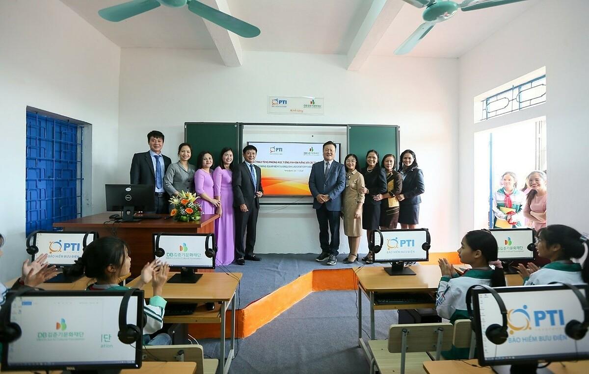 PTI và Quỹ Văn hóa DB Kim Jun Ki trao tặng phòng máy tính. Ảnh: PTI.