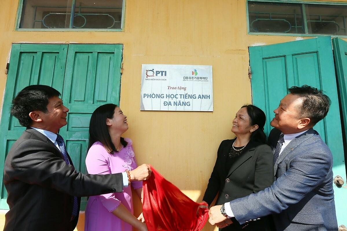 PTI và Quỹ Văn hóa DB Kim Jun Ki đã trao tặng phòng học tiếng Anh đa năng. Ảnh: PTI.