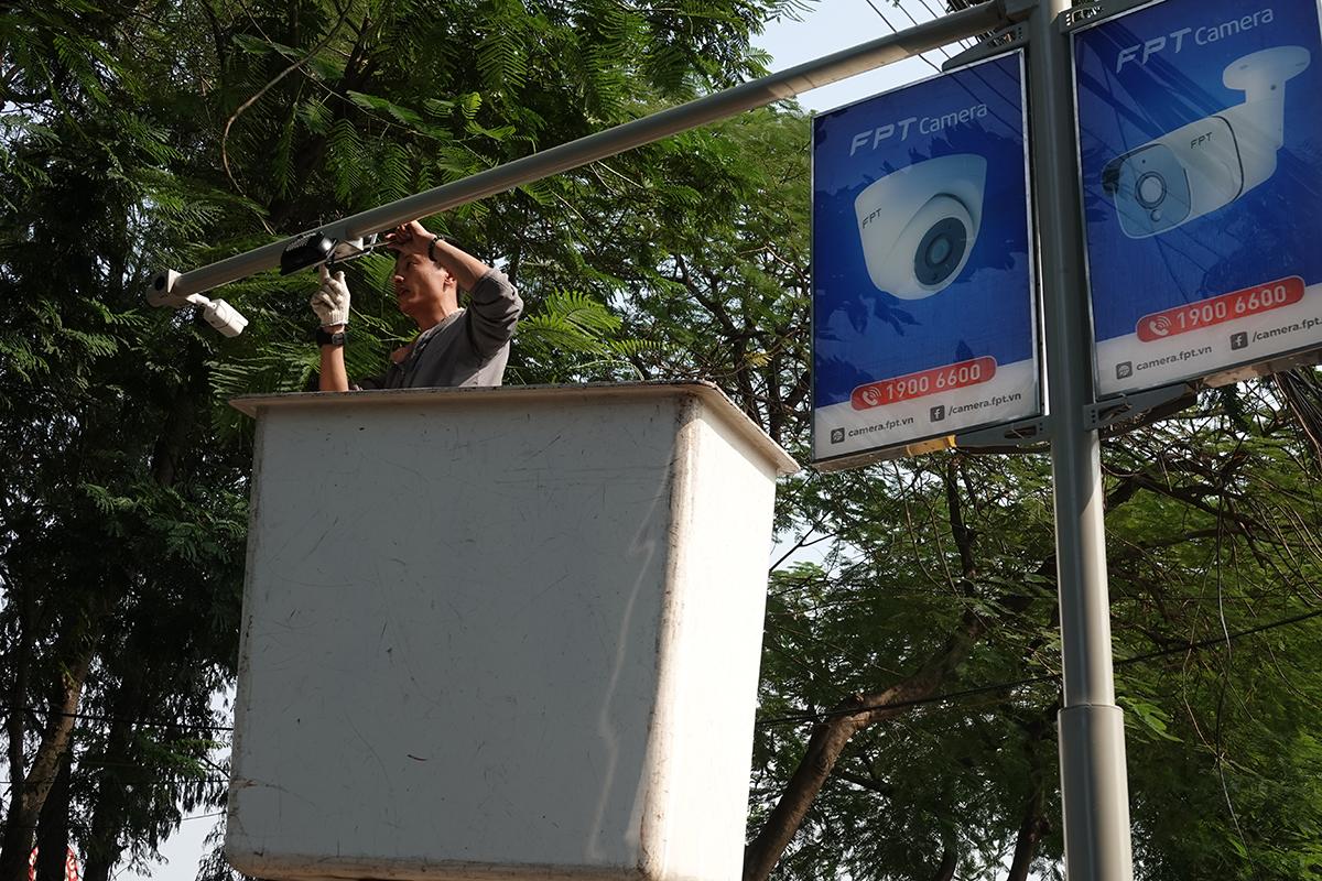 Nhân viên FPT Camera lắp đặt camera tại giải chạy.