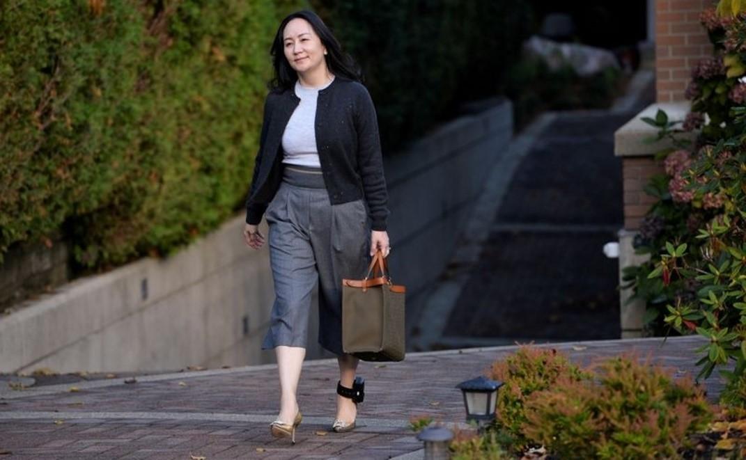 Bà Mạnh Vãn Chu rời nhà riêng tại Vancouver, British Columbia (Canada) ngày 26/10. Ảnh: Reuters.