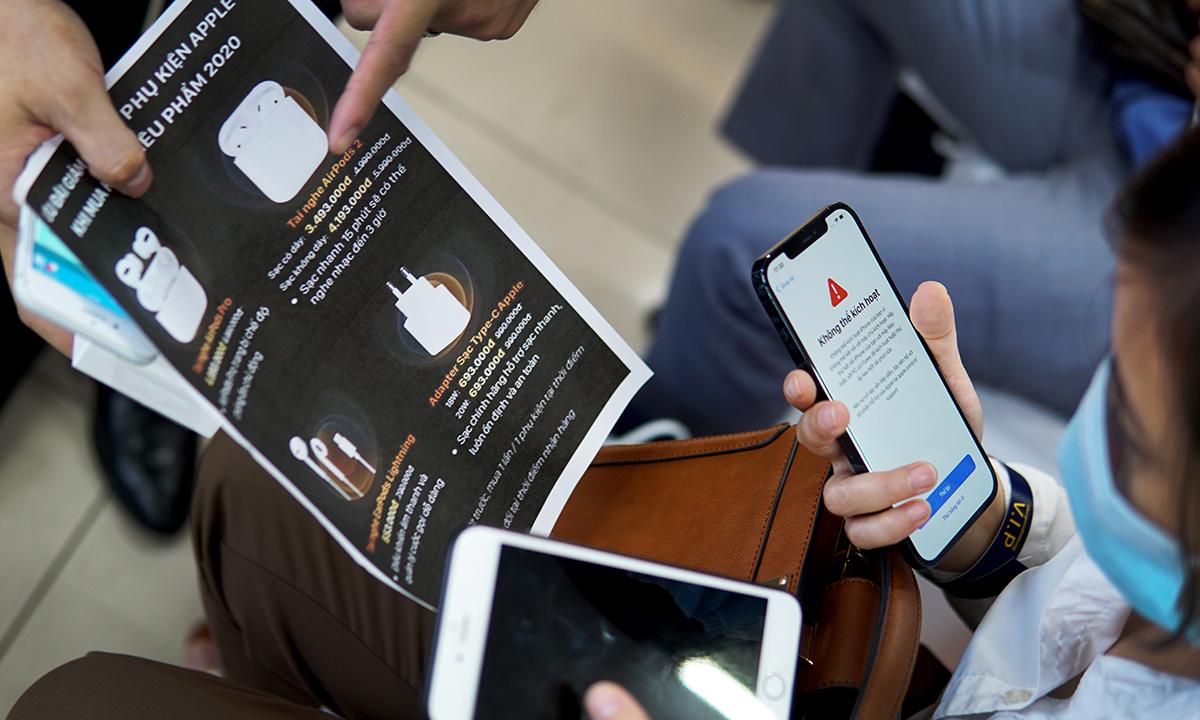 Một khách hàng đang được tư vấn mua thêm phụ kiện cho chiếc iPhone 12 mới. Ảnh: Lưu Quý