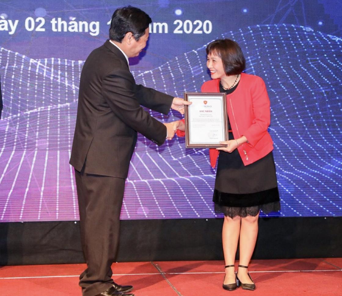 Bà Phạm Thị Hồng Quyên - Trưởng phòng Kinh doanh miền Bắc, đại diện VNG Cloud nhận chứng nhận Nền Tảng Điện Toán Đám Mây An Toàn Việt Nam