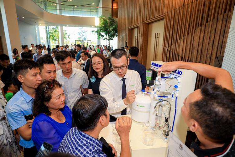 Khách hàng tìm hiểu cơ cấu mới trên máy lọc nước Kangaroo tại một sự kiện.