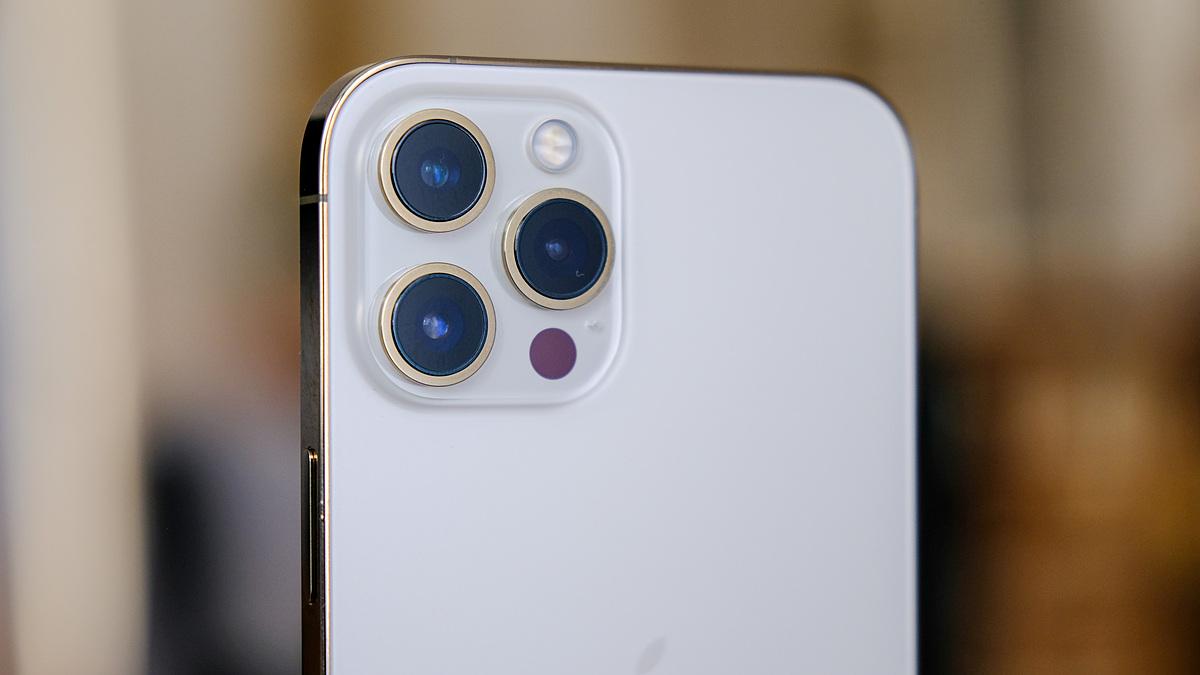 iPhone 12 Pro Max bản màu vàng liên tục cháy hàng. Ảnh: Engadget