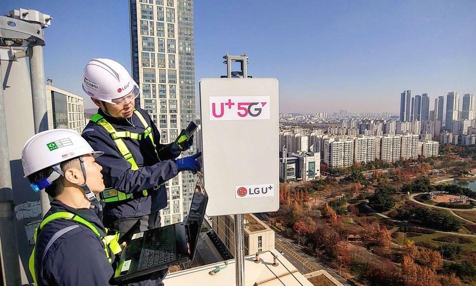 Kỹ sư LG U+ kiểm tra một trạm 5G ở thành phố Incheon. Ảnh: Korea Times.