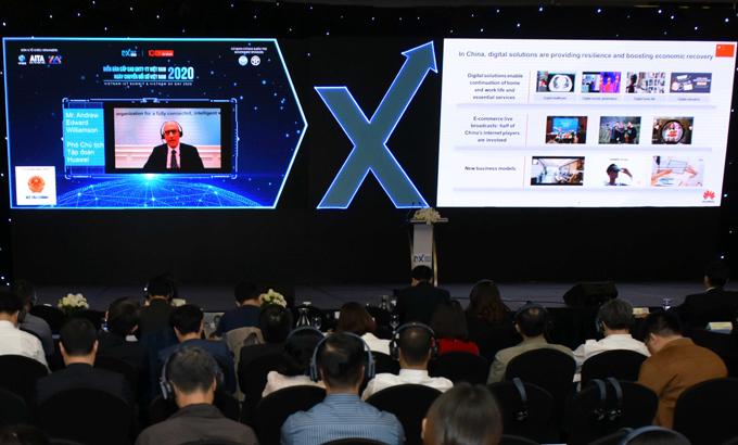 Ông Andrew Edward Williamson, Phó Chủ tịch Huawei, chia sẻ trực tuyến tại Ngày Chuyển đổi số Việt Nam.
