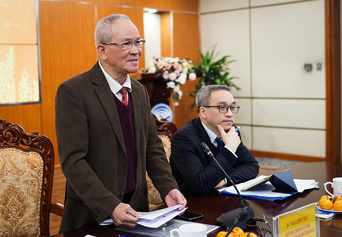 Tiến sĩ Mai Liêm Trực (bên trái) là Chủ tịch Hội đồng thẩm định giải thưởng. Ảnh: Lưu Quý