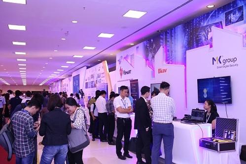 Khách tham quan các gian hàng triển lãm tại Diễn đàn phát triển doanh nghiệp công nghệ số Việt Nam năm 2019.