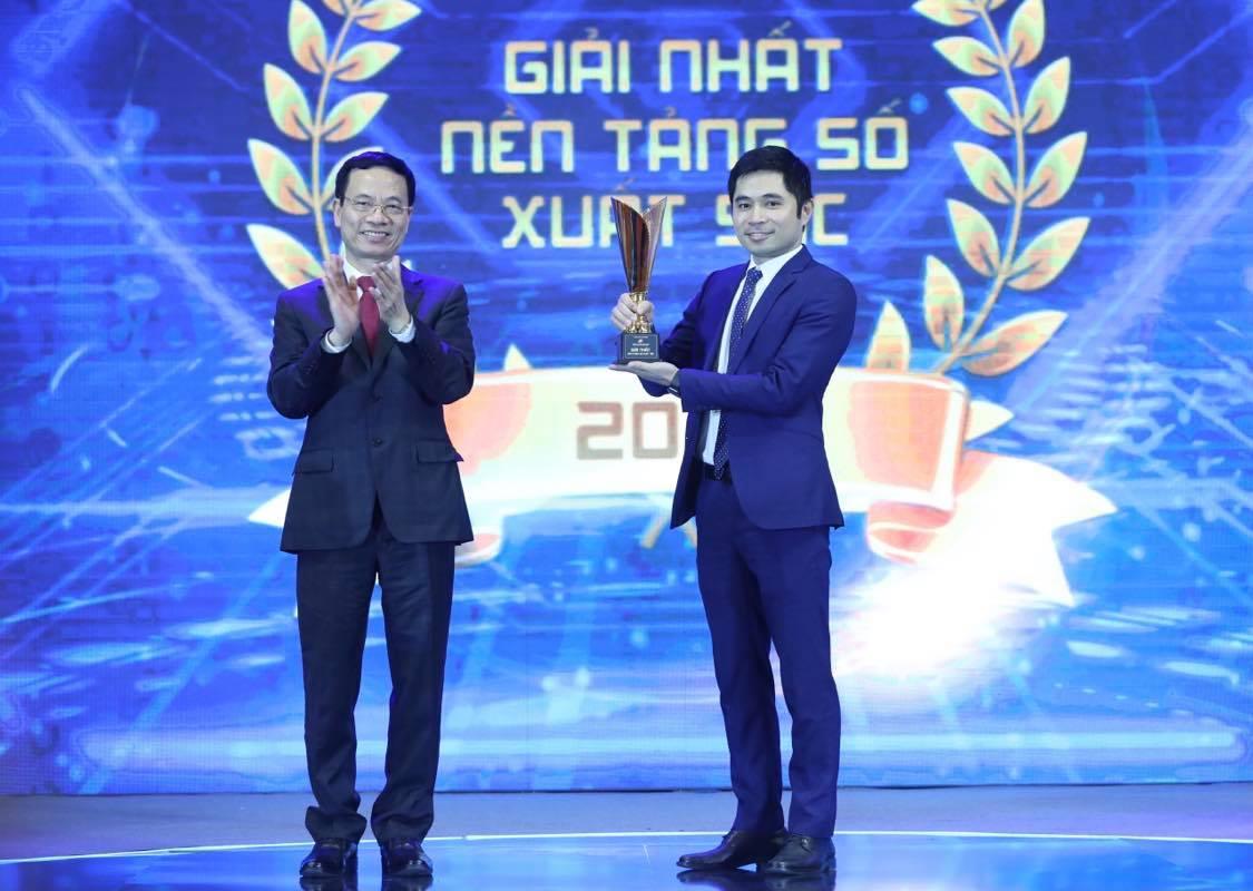 Bộ trưởng Bộ TT&TT trao giải Sản phẩm số xuất sắc cho đại diện FPT akaBot.
