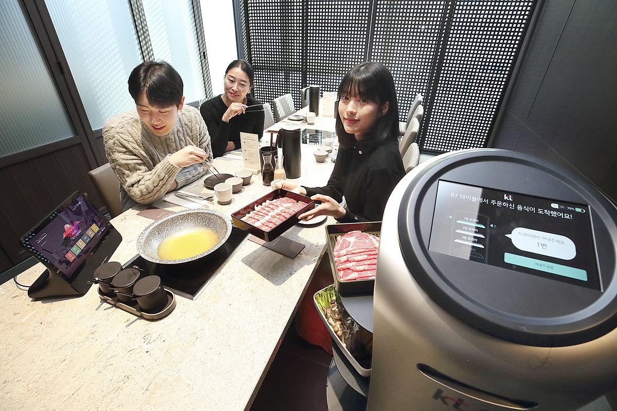 Robot phục vụ tại một nhà hàng ở Hàn Quốc. Ảnh: Hyundai Robotics