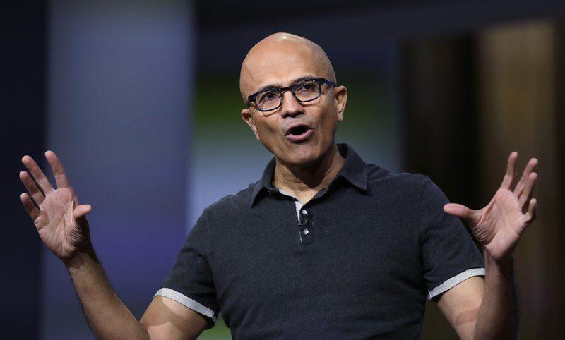 Satya Nadella (Microsoft) - Thu nhập: 42.910.215 USD- Doanh thu công ty: 143 tỷ USD- Tỷ lệ lương: Gấp 249 lần nhân viênNadella gia nhập Microsoft năm 1992 và được bổ nhiệm làm CEO năm 2014. Mức lương của ông đã tăng 66% so với năm trước và xếp thứ 3 trong số 100 CEO được trả lương cao nhất nước Mỹ. Phần lớn con số này nằm ở cổ phần, khi cổ phiếu Microsoft đã tăng giá gấp đôi trong vòng hai năm qua. Ảnh: AP.