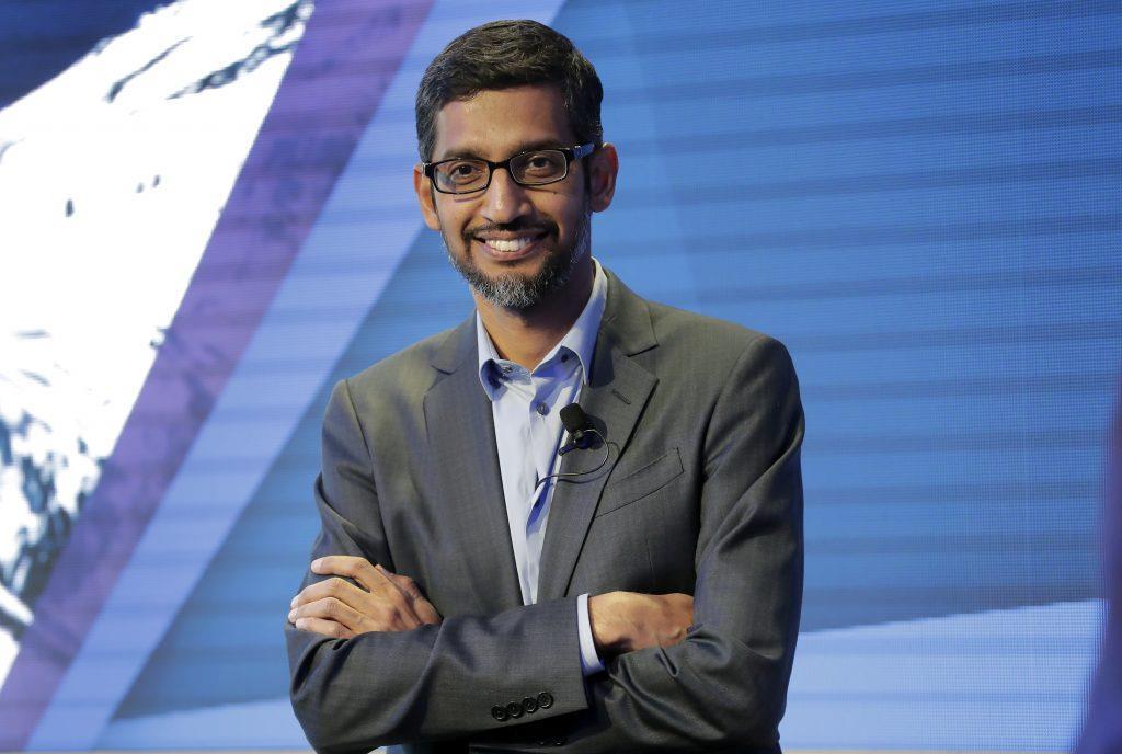 Sundar Pichai (Alphabet) - Thu nhập: 280.621.552 USD - Doanh thu công ty: 161,9 tỷ USD- Tỷ lệ lương: Gấp 1.085 lần nhân viên Với tư cách là CEO tập đoàn mẹ của Google, Sundar Pichai là CEO được trả lương cao nhất nước Mỹ. Phần lớn số tiền này nằm ở cổ phiếu liên quan tới đợt thăng chức gần đây của ông. Pichai giữ chức CEO Google từ năm 2015 và được bổ nhiệm làm CEO Alphabet vào tháng 12/2019. Mức lương cơ bản của ông là 650.000 USD, so với mức một USD của Larry Page, CEO tiền nhiệm và cũng là người sáng lập tập đoàn. Google cũng đang đối mặt hàng loạt vụ kiện chống độc quyền, trong đó một vụ kiện đến từ hơn 40 bang và vùng lãnh thổ, cáo buộc tập đoàn này chiếm thế độc quyền trái phép về tìm kiếm trên mạng Internet. Ảnh: AP.