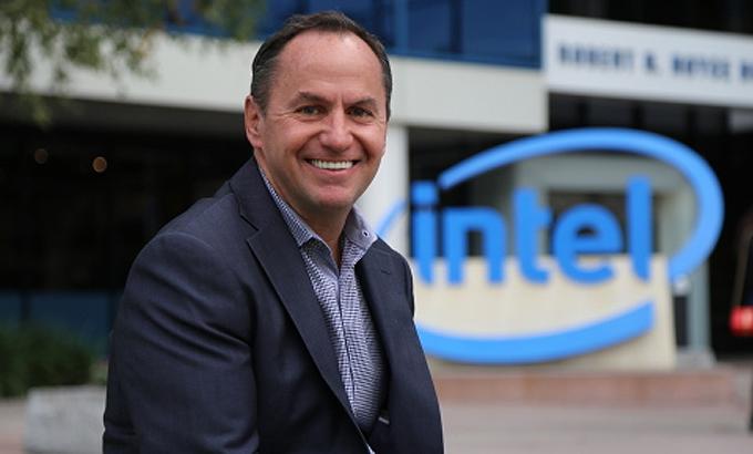 Robert Swan (Intel)- Thu nhập: 66.935.100 USD - Doanh thu công ty: 72 tỷ USD - Tỷ lệ lương: Gấp 695 lần nhân viên Robert Swan là CEO được trả lương cao thứ hai tại Mỹ. Ngoài mức lương cơ bản 1,2 triệu USD, ông còn được trả cổ phần trị giá 62 triệu USD và 3,7 triệu USD thưởng. Swan trở thành giám đốc điều hành Intel vào tháng 1/2019, sau 7 tháng làm CEO lâm thời và trước đó là giám đốc tài chính tập đoàn. Giá cổ phiếu của Intel dưới thời Swan khá biến động, dù giá trị công ty đã tăng 4% và liên tục đạt hoặc vượt dự báo về doanh thu. Ảnh: BusinessWire.