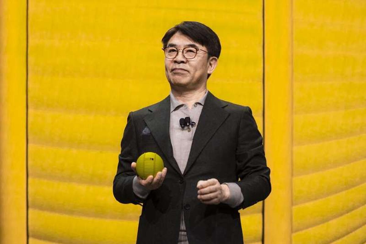 HS Kim, người đứng đầu mảng kinh doanh điện tử của Samsung, trình diễn robot Ballie tại CES 2020. Ảnh: CNET