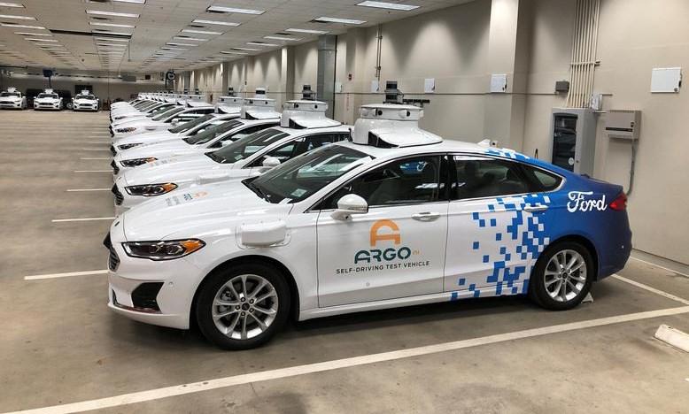 Xe Ford gắn hàng loạt cảm biến và hệ thống hỗ trợ tự lái. Ảnh: Reuters.