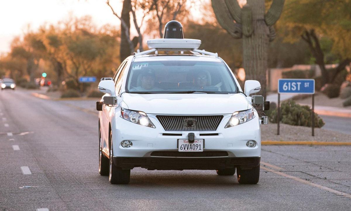 Xe hơi của Google chạy thử trên đường. Ảnh: Reuters.
