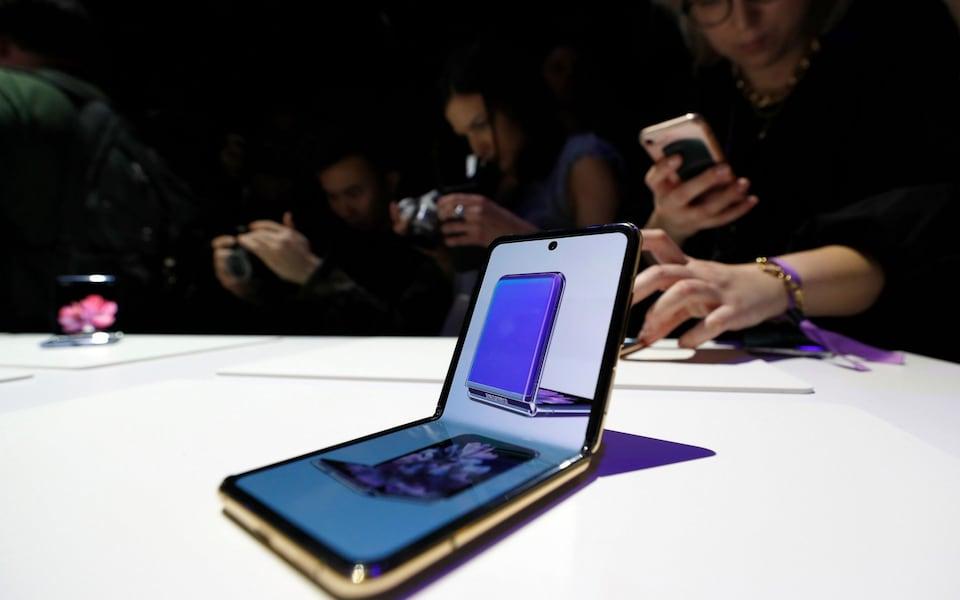 Smartphone gập có thể vẫn đắt đỏ và chưa thể phổ biến trong 2021. Ảnh: PA.