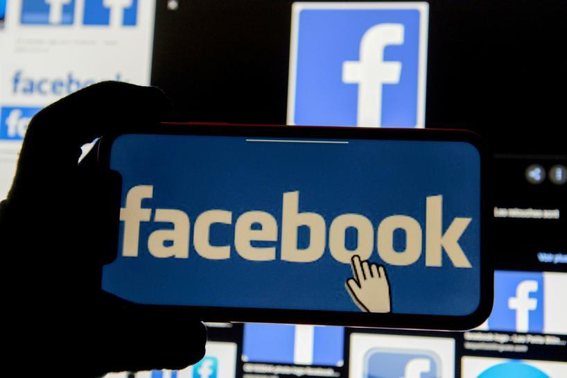 Facebook bị phạt vì sao chép tính năng ứng dụng trái phép. Ảnh: Reuters.