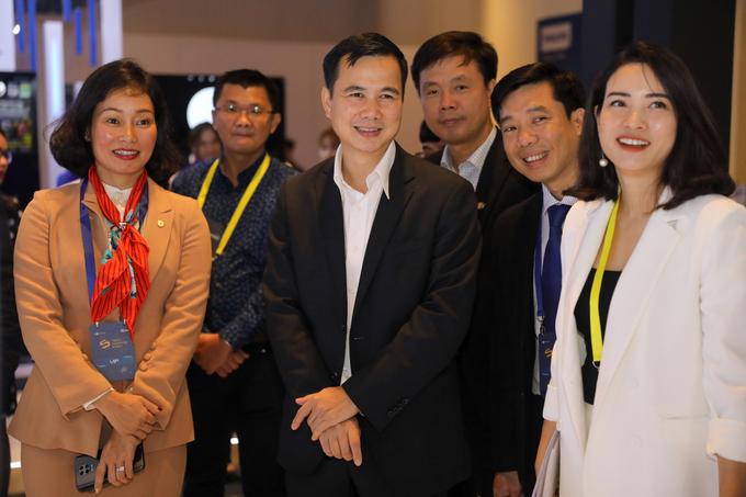 Bà Lê Thị Thu Thủy cùng ông Bùi Thế Duy - Thứ trưởng Bộ Khoa học và Công nghệ tham quan Triển lãm công nghệ Tech Awards sáng 7.1.