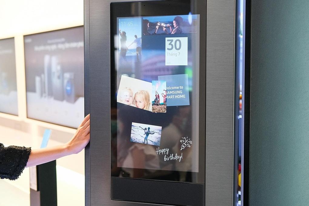 Tủ lạnh giúp kết nối các thành viên trong gia đình qua màn hình chia sẻ.