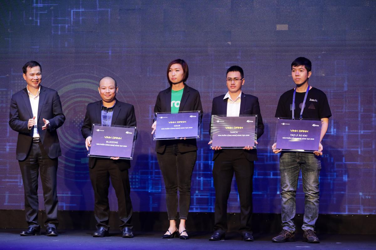 Thứ trưởng Khoa học và Công nghệ Bùi Thế Duy trao tặng chứng nhận cho các ứng dụng sáng tạo.