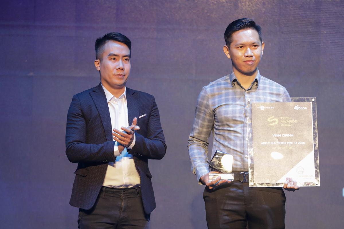 Đại diện nhà phân phối Apple (phải) nhận giải Laptop xuất sắc.