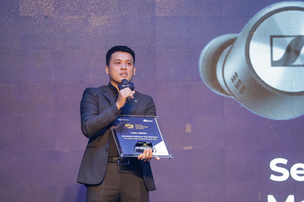 Đại diện Sennheiser nhận giải tai nghe True Wireless xuất sắc.