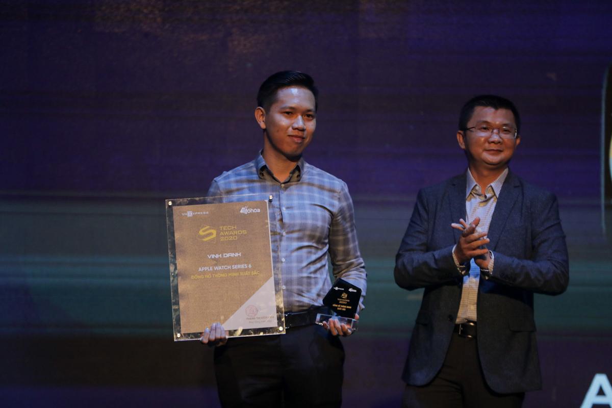 Đại diện nhà phân phối Apple nhận giải đồng hồ thông minh xuất sắc.