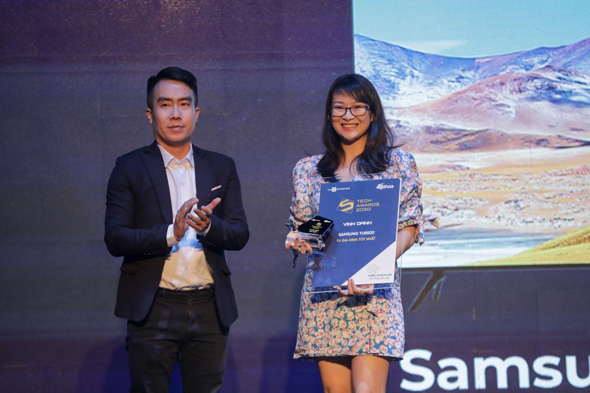 Đại diện Samsung (trái) nhận giải TV gia đình xuất sắc.