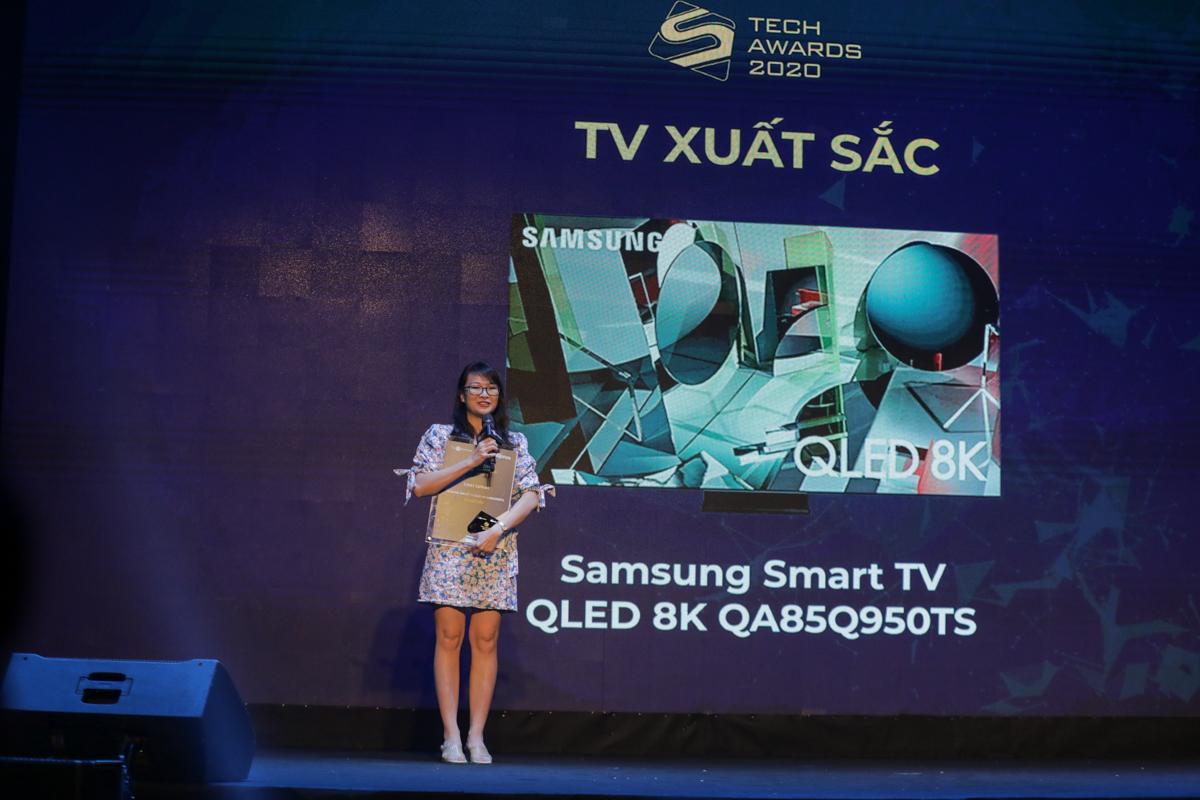 Đại diện Samsung nhận giải TV xuất sắc.