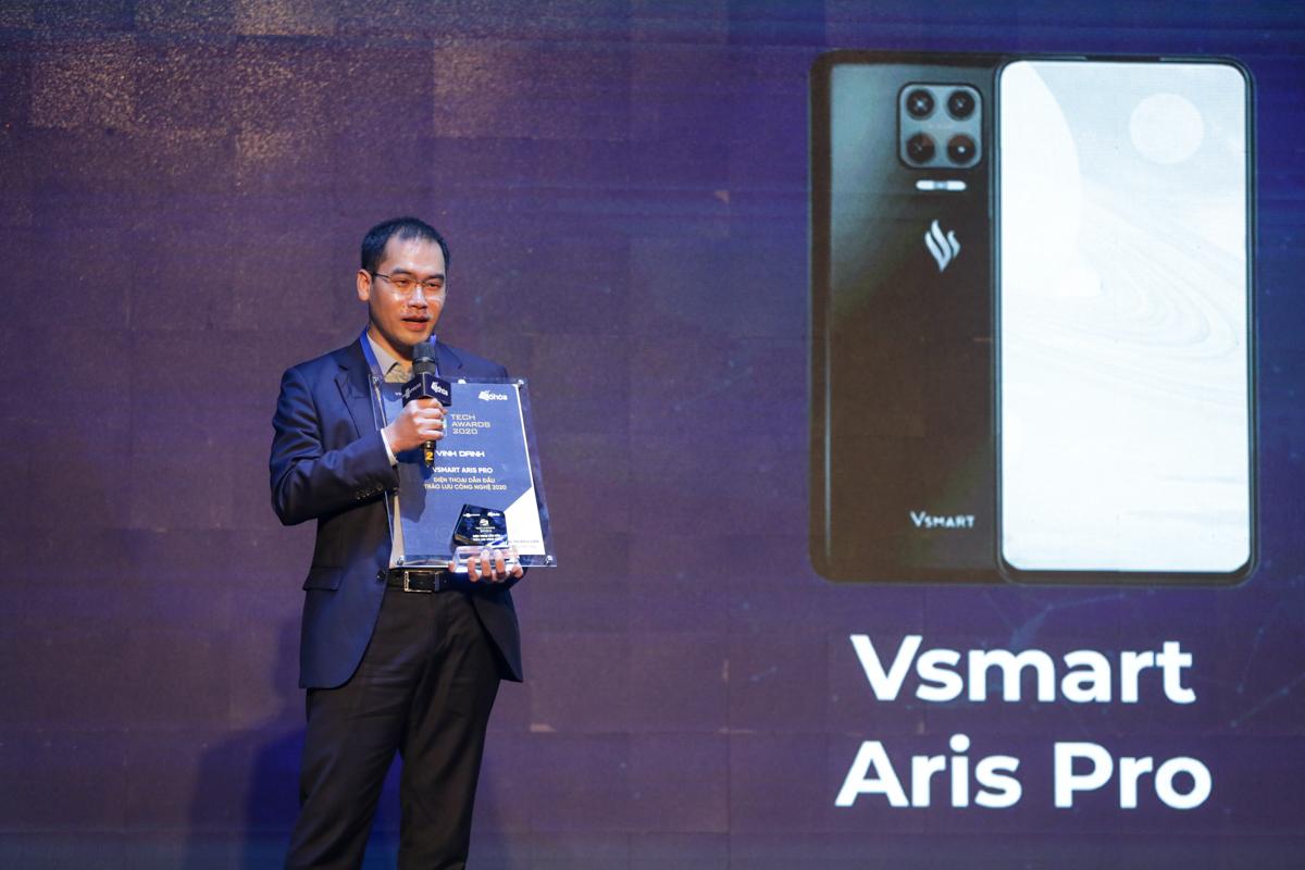 Đại diện VinSmart nhận giải Điện thoại dẫn đầu trào lưu công nghệ.