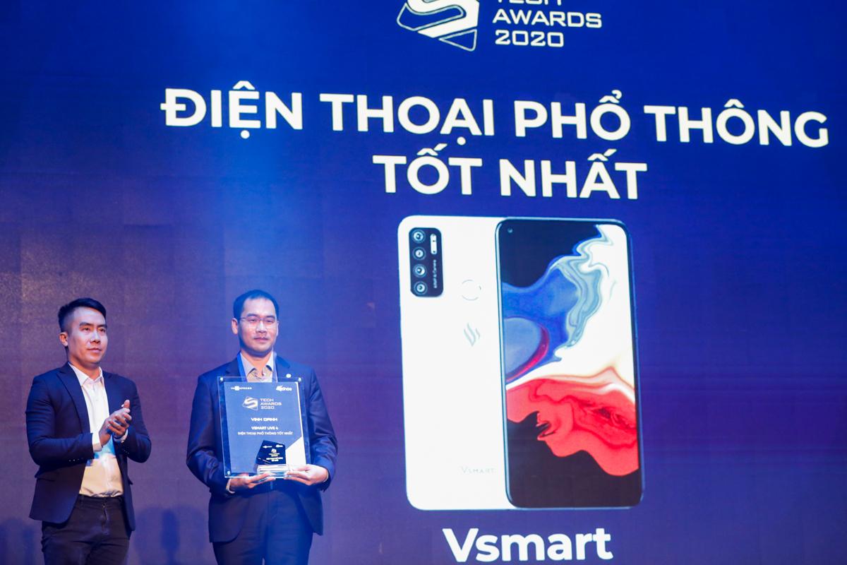 Ông Ngô Mạnh Cường, đại diện BTC trao giải điện thoại phổ thông tốt nhất cho đại diện Vsmart.
