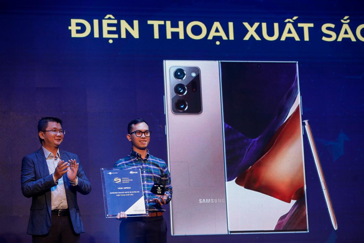 Ông Nguyễn Lộc Vũ - Giám đốc công nghệ VnExpress trao giải Điện thoại xuất sắc cho Samsung.