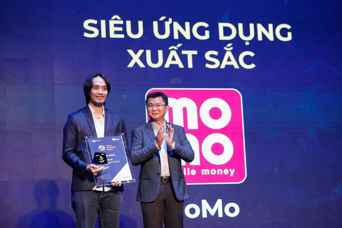 Đại diện MoMo (trái) nhận giải Siêu ứng dụng xuất sắc.
