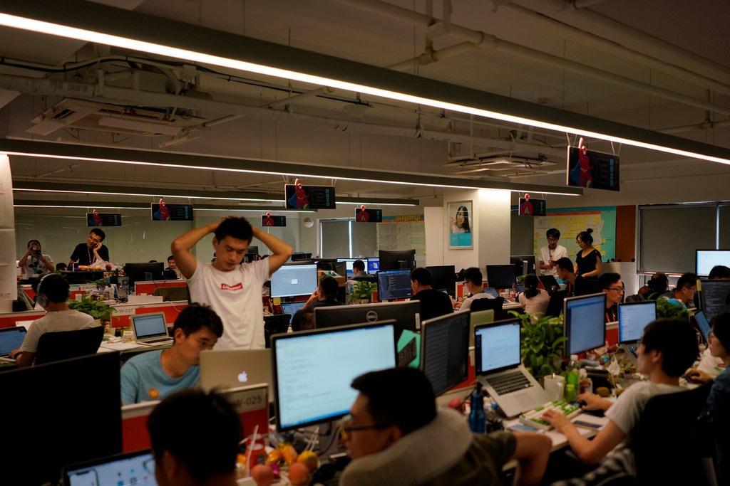 Văn hóa làm việc 996 phổ biến nhất trong các công ty nghệ thuật Trung Quốc, nhiều nơi cho rằng tăng ca là công việc bình thường nếu người trẻ muốn thăng tiến và kiếm thêm thu nhập.  Ảnh: Reuters.
