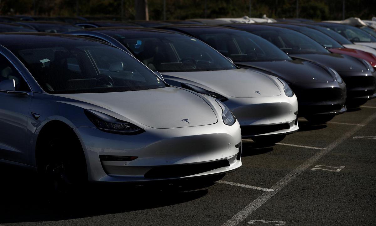 Loạt xe Tesla trong một bãi đỗ xe ở California năm 2018. Ảnh: Reuters.