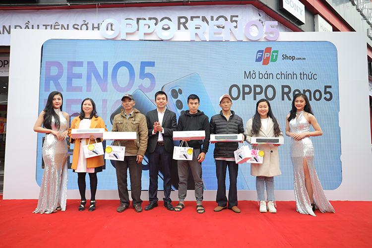 Khách nhận Oppo Reno5 tại FPT shop.