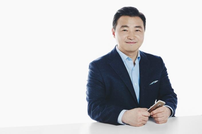 Thế giới đang tạo ra, chia sẻ và phát trực tuyến nhiều video hơn bao giờ hết, Chủ tịch mảng Di động của Samsung, Roh Tae-moon chia sẻ về sự trỗi dậy của video. Ảnh: Samsung.