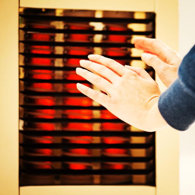 Việc dùng quạt sưởi liên tục có thể gây khô da hoặc ảnh hưởng đến hô hấp. Ảnh: Mr. Right.