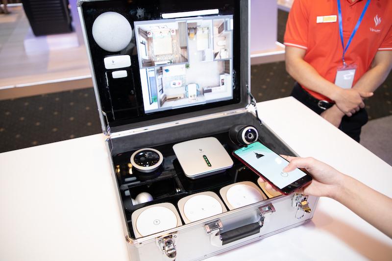 Hệ thống nhà thông minh do VinSmart phát triển gồm một bộ điều khiển trung tâm và các thiết bị kết nối gồm camera, cảm biến cửa, công tắc thông minh, chuông báo...