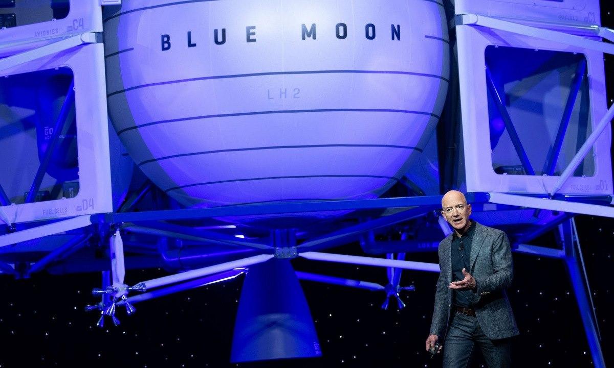 Bezos trong một buổi trình bày của Blue Origin. Ảnh: AFP.