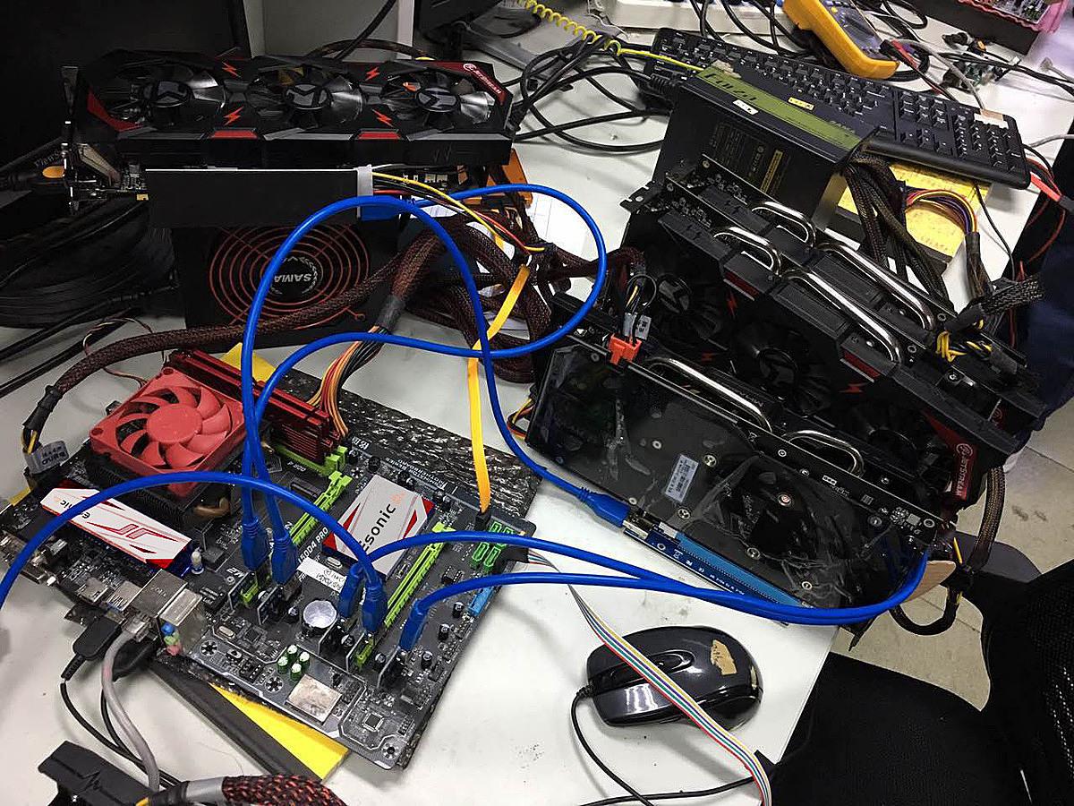 Mỗi máy đào Bitcoin cần ít nhất 6 thanh card đồ hoạ khiến cơn sốt card quay lại khi Bitcoin tăng giá.
