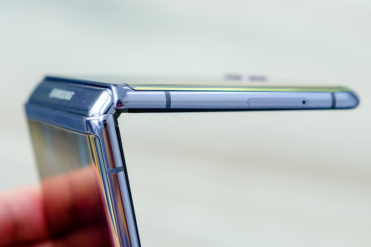 iPhone màn hình gập có thể dùng thiết kế giấu bản lề giống Galaxy Z Flip.